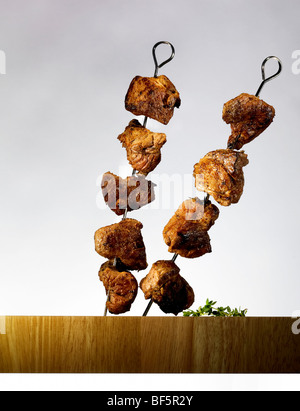 Rindfleisch-Spieße auf Spieße stecken. Stockbild