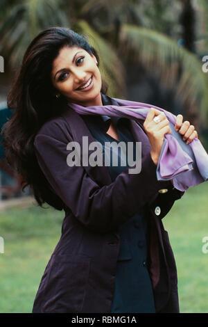 Portrait von Shilpa Shetty holding Schal und Lächeln, Indien, Asien Stockbild