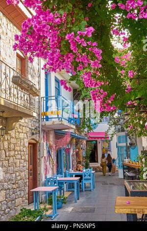 Marmaris Altstadt, alte türkische Hausfassade mit blühenden Blumen, Türkei Stockbild