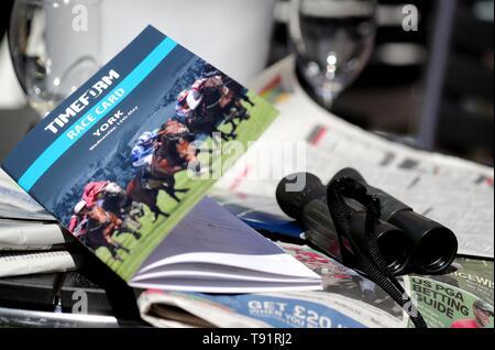 York Racecourse, UK. 15 Mai, 2019. Race Card & Fernglas Dante Dante Festival 2019 Festival 2019, Rennbahn von York York Racecourse, York, England, 15. Mai 2019 Credit: Allstar Bildarchiv/Alamy leben Nachrichten Stockbild