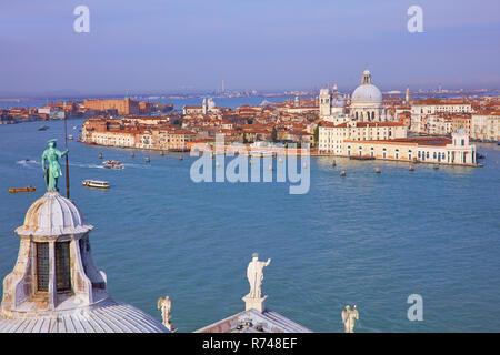 Hohe Betrachtungswinkel und der Canale della Giudecca mit stadtbild von San Giorgio Maggiore Kirche, Turm, Venedig, Venetien, Italien Stockbild