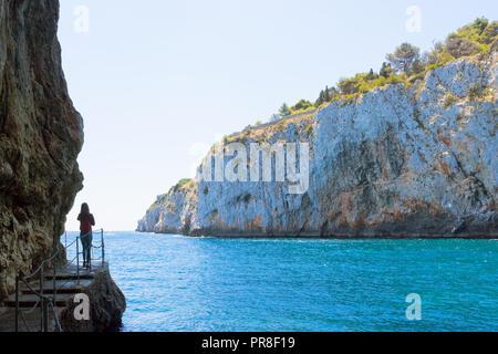 Apulien, Grotta Zinzulusa, Italien - eine junge Frau an der berühmten Grotte Zinzulusa Stockbild