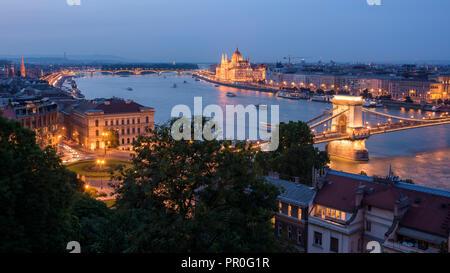 Stadt bei Nacht mit der Kettenbrücke, die Ungarische Parlament, und Donau, Weltkulturerbe der UNESCO, Budapest, Ungarn, Europa Stockbild
