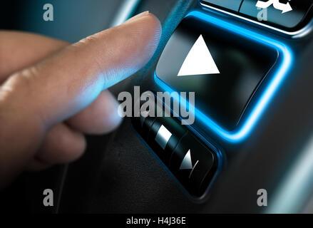 Finger dabei, auf eine home-sound-System-Schnittstelle eine Play-Taste drücken. Schwarzen Hintergrund und blauem Stockbild