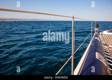 Boot bewegen im Meer, Barcelona, Katalonien, Spanien Stockbild