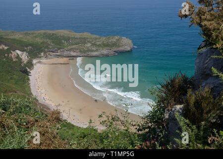 Überblick über Ballota Strand, in der Nähe von Llanes, Asturien, Spanien, August. Stockbild