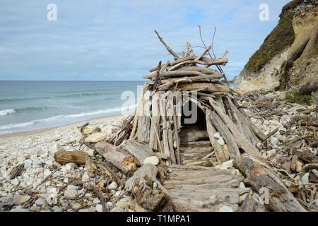 Hütte gebaut aus Treibholz auf San Antolin Strand, Llanes, Asturien, Spanien, August. Stockbild