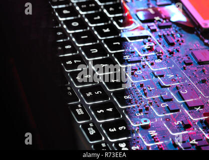 Mehrere Exposition von Laptop Computer mit Tastatur und Platine unten Stockbild