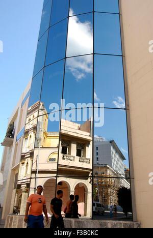Gespiegelt, Gebäude in Havanna, Kuba Stockbild