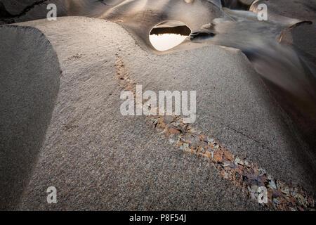 Glatte Felsformationen und Schlaglöcher auf Reinsfoss in Nissedal, Telemark, Norwegen. Stockbild