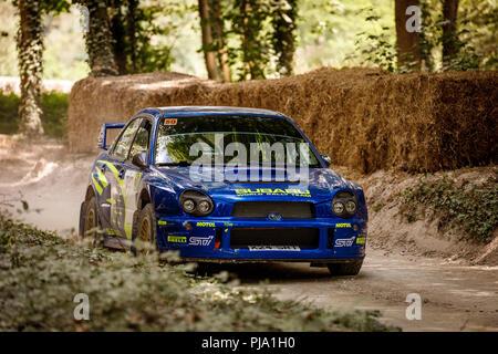 2002 Subaru Impreza WRC mit Fahrer Petter Solberg auf dem Forest Rally stage Am Goodwood Festival 2018 von Geschwindigkeit, Sussex, UK. Stockbild