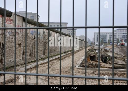 Ausgrabung statt neben den Überresten der Berliner Mauer Stockbild