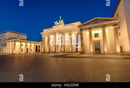 Das berühmte Brandenburger Tor in Berlin bei Nacht beleuchtet Stockbild