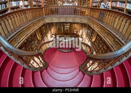 Berühmte Buchhandlung Lello, Interieur, Treppen, Porto Portugal Stockbild