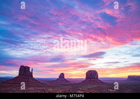 Die Handschuhe bei Sonnenaufgang, Monument Valley Tribal Park, Arizona/Utah Stockbild