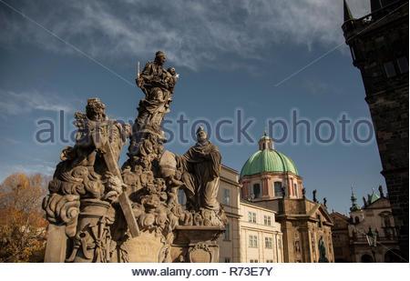 Die Jungfrau mit Saint Bernard Statuen, Karlsbrücke, Prag, Tschechische Republik Stockbild