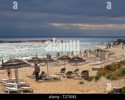Nissi Beach in Ayia Napa auf Zypern, ein Favorit unter den Touristen, Herbststurm Wolken über dem Meer Stockbild