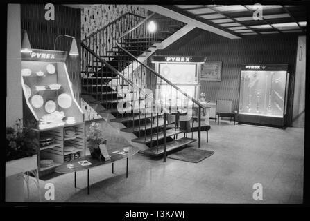 Tragen Flint Glass Works, Alfred Street, Millfield, Sunderland, 1961. Vitrinen mit Pyrex Kochgeschirr neben der Haupttreppe im Erdgeschoss von Verschleiß Flint Glass Works, Hersteller von Pyrex in Großbritannien. Stockbild
