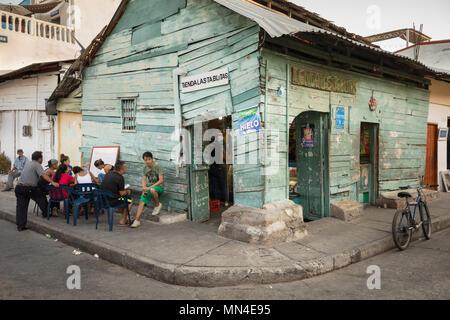 Englisch-unterricht außerhalb eines Shop auf die bunten Straßen von Getsemani, Cartagena, Kolumbien, Südamerika Stockbild