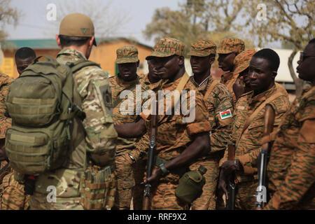 Eine portugiesische Special Forces commando Slip Burkina Faso Soldaten vor einem Bruch Kontakt Schulung bohren während der Übung Flintlock 2019 Februar 21, 2019 in Loumbila, Burkina Faso. Flintlock ist eine multi-nationale Übung bestehend aus 32 afrikanischen und westlichen Nationen an mehreren Standorten in Burkina Faso und Mauretanien. Stockbild