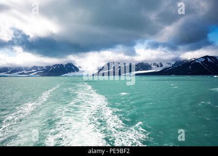 Blick auf die galcier vom Wasser aus mit dem Berg im Hintergrund, in Svalbard Stockbild