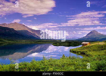 Kabine und Reflexion im Gewirr Lake, Alaska Stockbild