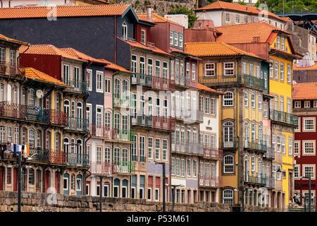 Alte Wohnhäuser in Ribeira Historic District, Porto, Portugal Stockbild