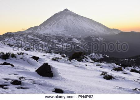 Pico del Teide (Berg Teide) 3718 m hohen Berg und der vulkanischen Landschaft der Nationalpark Teide mit Schnee bedeckt. Teneriffa Kanarische Inseln Spanien. Stockbild