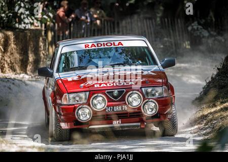 1988 Alfa Romeo 75 V6-Gruppe eine Rallye Auto mit Fahrer Xander Heijen auf dem Forest Rally stage Am Goodwood Festival 2018 von Geschwindigkeit, Sussex, UK. Stockbild