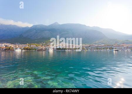 Makarska, Dalmatien, Kroatien, Europa - Skyline von Makarska vor dem riesigen Bergmassiv Stockbild