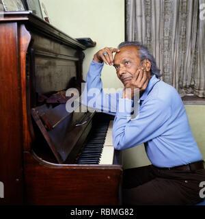 Naushad Ali sitzen vor dem Klavier, Indien, Asien Stockbild