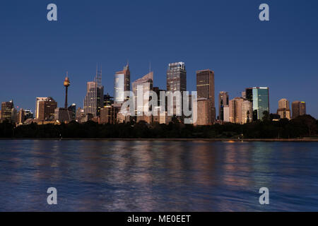 Der Hafen von Sydney und die Skyline von Sydney bei Dämmerung, Australien Stockbild