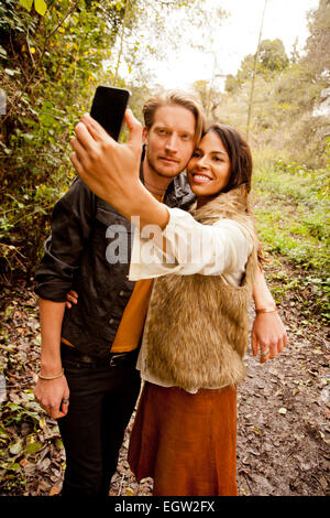 Frau und Mann, der ein Selbstporträt in den Wäldern. Stockbild