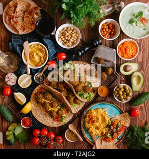 Frische felafel Bälle serviert in Pitas mit Hummus und Gemüse Stockbild