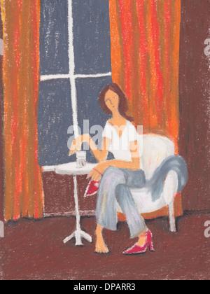 Eine Frau, die eine rote hohe hochhackige Schuhe anziehen Stockbild