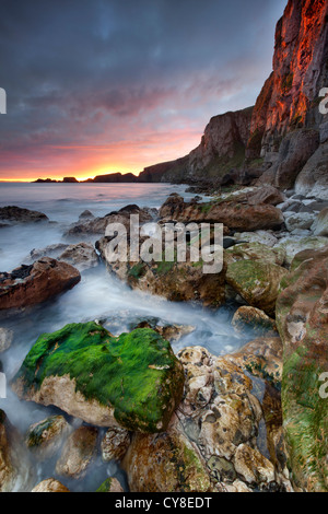 Larrybane auf die Antrim bei Sonnenaufgang eingefangen. Nordirland. Stockbild