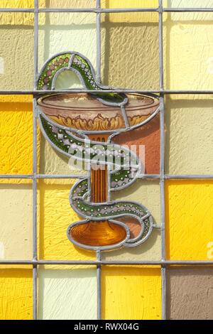 Symbol Äskulapstab mit äskulapnatter am Königsapotheke, Cloppenburg, Niedersachsen, Deutschland, Europa I-Symbol Äskulapstab mit der äskulapnatter Stockbild
