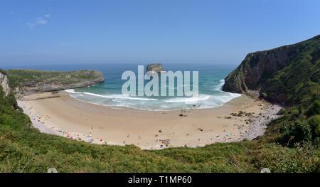 Überblick über Ballota Beach und Castro (Schloss) Insel, in der Nähe von Llanes, Asturien, Spanien, August. Stockbild
