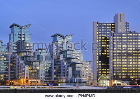St George Wharf - moderne Wohnanlage in der Dämmerung beleuchtet. In Lambeth London UK. Stockbild