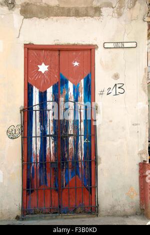 Tür in Havanna mit kubanischen Flagge Stockbild