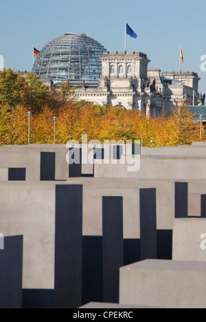Das Denkmal für die ermordeten Juden Europas in Berlin, Deutschland; Reichstag im Hintergrund Stockbild