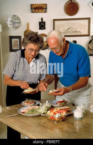 Senior paar Sandwiches zusammen, HERR © Myrleen Pearson.... Ferguson Cate Stockbild