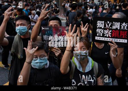Die demonstranten Geste, als Teil einer Spott gegen die Polizisten, der einen Finger bei den Auseinandersetzungen mit den Demonstranten in Shatin verloren. Tausende Demonstranten nehmen Sie Teil einer Grosskundgebung fordert unabhängige Untersuchung Polizei Taktik in Hongkong. Stockbild
