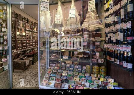 Deli Shop Fenster, Portwein, Bacalao, Sardinen, Porto, Portugal Stockbild