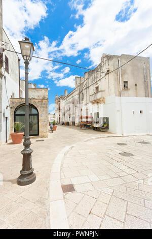 Specchia, Apulien, Italien - Historische Kreuzung in der Altstadt von Soecchia Stockbild
