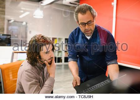 Unternehmer bei der Laptop arbeiten Stockbild