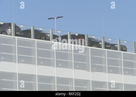 Personenkraftwagen stehen in mehrstöckigem Parkdeck, Bremen, Deutschland, Europa Stockbild
