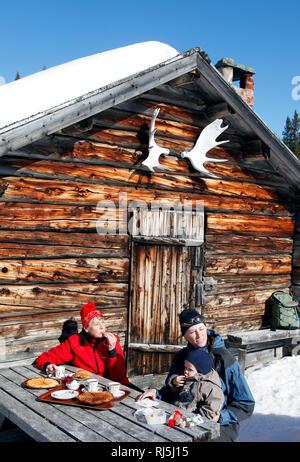 Familie essen Waffeln ourdoors im Winter Stockbild