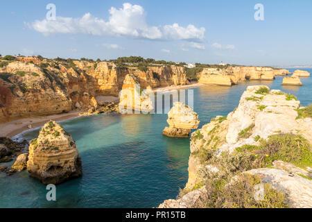 Erhöhte Blick über Marinha Strand, Algarve, Portugal, Europa Stockbild