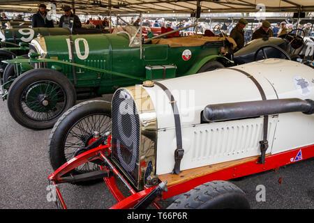 Vintage Bentleys im Fahrerlager Garage vor dem John Duff Trophy Rennen in der 77. Goodwood GRRC Mitgliederversammlung, Sussex, UK. Stockbild